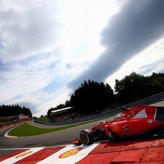 Sebastian Vettel pasando por Eau-Rouge