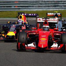 Kimi Raikkonen adelantando al Red Bull de Ricciardo