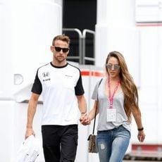 Jenson Button y su novia en el paddock