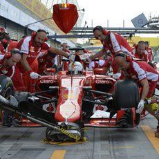Sebastian Vettel en el carril de boxes