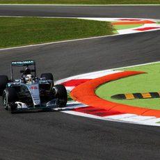 Lewis Hamilton supera la primera chicane de Monza
