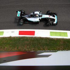 Lewis Hamilton domina la sesión de entrenamientos
