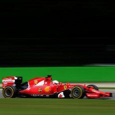 El Ferrari de Sebastian Vettel avanza delante de los tifosi