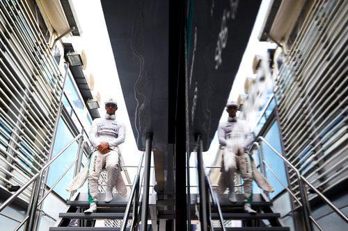 Lewis Hamilton se relaja antes de la clasificación
