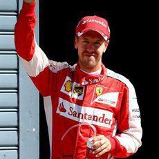 Sebastian Vettel saluda a los tifosi