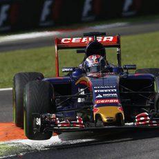 Max Verstappen volando sobre los pianos de Monza