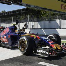 Carlos Sainz pasando por la línea de meta
