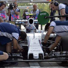 Valtteri Bottas ensaya las paradas con sus mecánicos