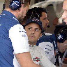 Felipe Massa hablando con sus ingenieros