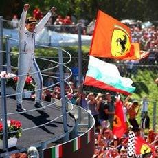 Felipe Massa saca pecho en el podio de Monza
