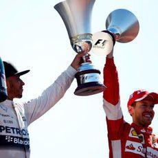 Lewis Hamilton y Sebastian Vettel levantan sus copas