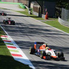 Roberto Merhi rueda por delante de los McLaren
