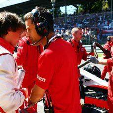 Roberto Merhi ultima la estrategia antes de comenzar la carrera