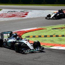 Sergio Pérez persigue a Nico Rosberg