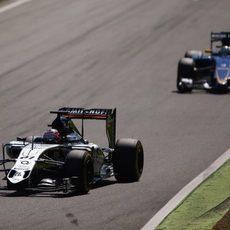 Nico Hülkenberg sufre para mantener detrás a Ericsson