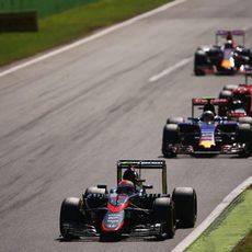 Jenson Button rueda por delante de Carlos Sainz