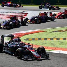 Jenson Button remonta varias posiciones en la salida