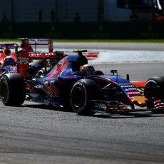 Carlos Sainz rueda por delante de Ricciardo