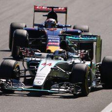 Max Verstappen sigue a Lewis Hamilton