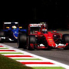 Marcus Ericsson lucha con Kimi Raikkonen por posición