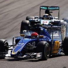 Felipe Nasr se pasa de frenada cuando Hamilton se reincorpora por detrás suyo