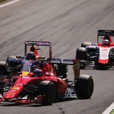 Kimi Räikkönen rueda por delante de Kvyat