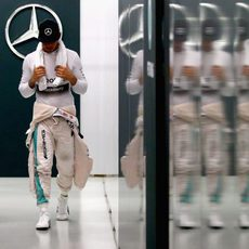 Lewis Hamilton abandona el box