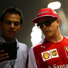Kimi Räikkönen con un aficionado