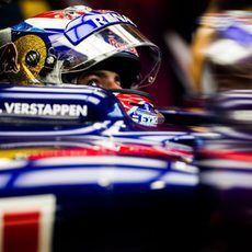 La atenta mirada de Max Verstappen