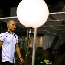 Valtteri Bottas caminando por el paddock de Singapur