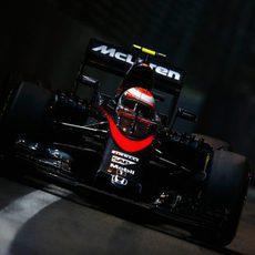 Jenson Button con los oscuros muros de Singapur