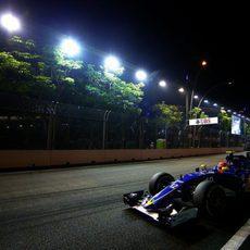 Felipe Nasr apurando los límites de la pista