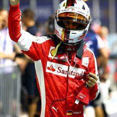 Sebastian Vettel saluda a las gradas