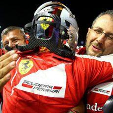 Sebastian Vettel se abraza a su equipo