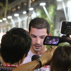 Alexander Rossi atiende a los medios