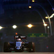 Nico Hulkenberg pilotando en la noche de Singapur