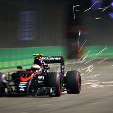 Jenson Button soltando chispas