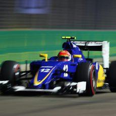 Felipe Nasr luchando con los neumáticos