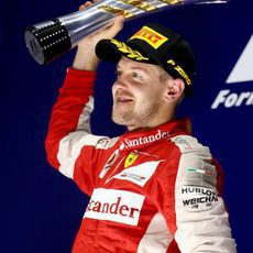 Un exultante Sebastian Vettel alza el trofeo en Singapur