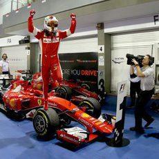 Sebastian Vettel celebra su triunfo sobre el SF15-T