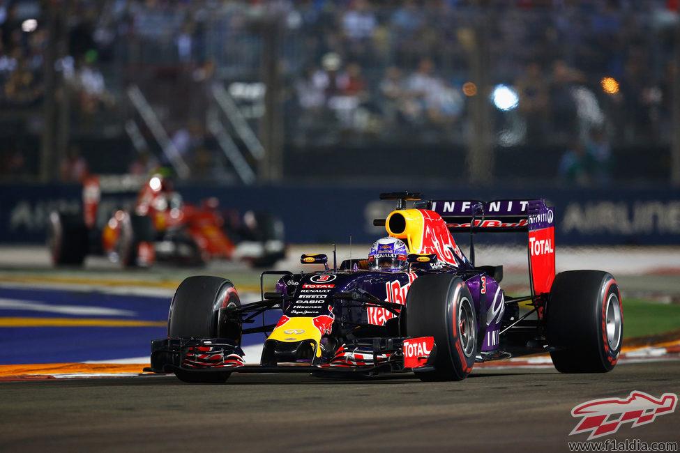 Daniel Ricciardo conteniendo a Kimi Raikkonen