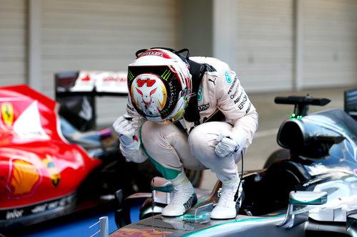 Lewis Hamilton celebra su victoria en Japón