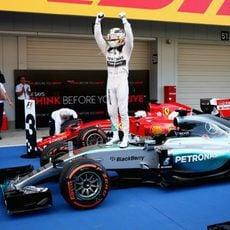Lewis Hamilton celebra el triunfo sobre su monoplaza