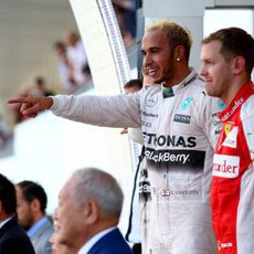 Sebastian Vettel y Lewis Hamilton juntos en el podio