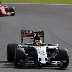 Nico Hulkenberg rodando delante del Ferrari