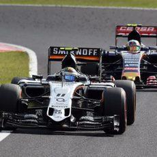 Sergio Pérez luchando con Carlos Sainz