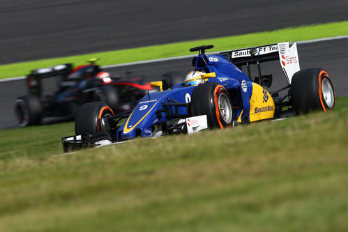 Marcus Ericsson superando al McLaren