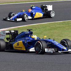 Los dos Sauber tras una buena salida