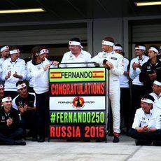 Fernando Alonso y McLaren celebran los 250 GPs del español