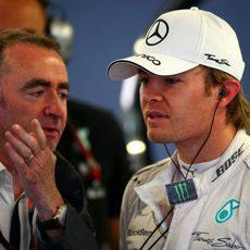 Paddy Lowe charla con Nico Rosberg